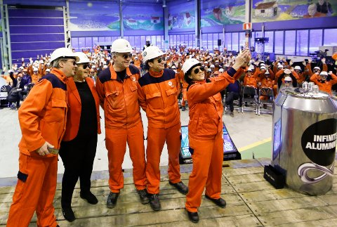 Statsminister Erna Solberg besøkte Hydro Karmøy, i forbindelse med at Hydro skal bygge et fullskala pilotanlegg for energi- og klimaeffektiv aluminiumsproduksjon. Hydrosjef Svein Richard Brandtzæg (t.v.). Tar selfie med pilotbriller.