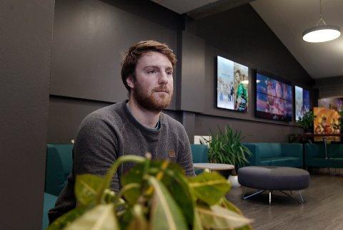 GÅR GODT:  John Tore Mølstre er fungerende kinosjef ved Edda kino og synes personalet gjør en god jobb.