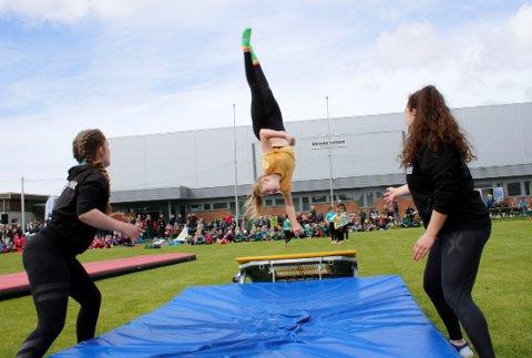 Publikum fikk oppleve spektakulære øvelser i idrettsparken i Skudenes.