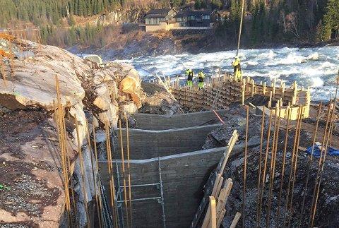 Det arbeides for fullt med å få ferdig laksetrappa ved Laksforsen