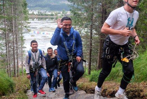 PÅ VEI: Nima Nuru Sherpa (i midten) og de andre håndverkerne fra sherpafolket i Nepal skal fortsette å jobbe med Helgelandstrappa i høst.