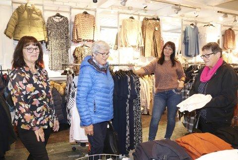 Handler lokalt: – Vi er på utkikk etter en ulljakke til ei dame på 99 år, sier Turid Drevvatne Luktvasslimo og Synnøve Drevvatne Granås. De får hjelp hos Rita Vangen og Ann-Elin Vangen Breirem på Chaplin i Mosjøen.