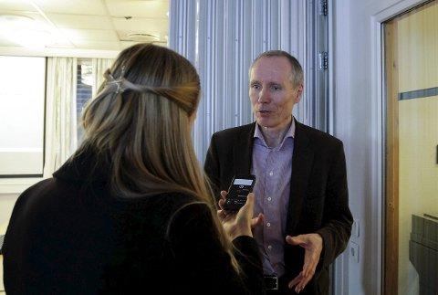 Direktør Frode Forfang i Utlendingsdirektoratet (UDI) var på befaring i Kirkenes og på Storskog mandag. Her på politihuset i samtale med en dansk journalist.