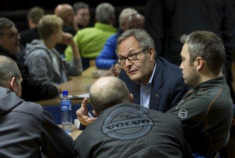 Allmøte på Samfundshuset dagen etter konkursen i Sydvaranger Gruve i november. Medeier og styremedlem Felix Tschudi i samtale med ansatte.
