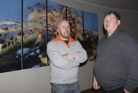 SKEPTISK: Fiskerne i Varangerfjorden ønsker ikke flere fiskere inn i områdene. Torsdag fulgte Egdar Olsen (t.v.) og Viggo Pedersen møtet om forvaltningen av kongekrabben. FOTO: EILIF ASLAKSEN