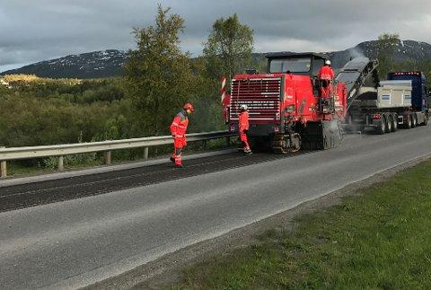 ASFALTERER: Statens vegvesen melder at det vil bli en del arbeid på veiene i Vest-Finnmark på nattestid denne sommeren. Arbeidet med asfaltering er allerede i gang i Alta.