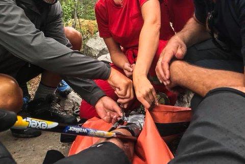 MAN TAGER HVA MAN HAVER: Her har ambulansepersonellet kommet til, og man ser at beinet er spjelket ved hjelp av staver og gaffateip.