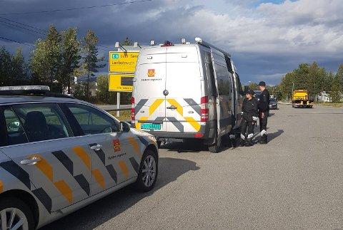 KONTROLL: Statens vegvesen gjennomførte en bilbeltekontroll på to busser i Alta mandag.