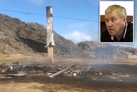 BRANT NED: Hytta har brent helt ned til grunnen. Brannsjef Reidulf Ervik i Vardø sier de har fått mye hjelp fra de lokale i Hamningberg i sikringsarbeidet.