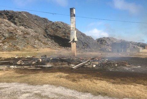 BRANT NED: Hytta har brent helt ned til grunnen. Foto: Brannvesenet i Vardø