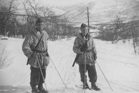 PÅ SKI: Torgeir Foss (til høyre) og en annen politisoldat på ski i Finnmark.