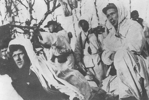KRIGSHELTER FRA PORSANGER: Fenrik Reier Greiner er én av krigsheltene fra Porsanger som kjempet på Narvik-fronten. Greiner ses til høyre i bildet, med kikkert. Nederst i venstre hjørne på bildet er en annen porsangværing, Josef Mikael Balto. - Han døde i 1983 bare 65 år gammel. Den eneste heder de fikk var diplom med Kong Håkons underskrift, forteller sønnen Fridtjog Balto, tidligere mangeårig bestyrer for det lokale samvirkelaget og senere et kjent og kjært landpostbud.