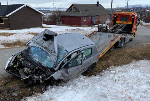 TOTALSKADD: Bilen ble totalvrak etter krasjet med betongmuren. Føreren av bilen er nå siktet for å ha kjørt bil ruspåvirket tilstand.