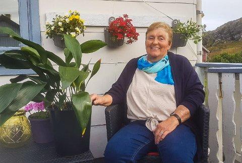 GÅTT I ARV: Potteplanten, en aspidista, gikk først i arv fra søster til søster. Så fra mor til datter. Snart skal den arves fra tante til tantebarn. Den 88 år gamle planten bor enn så lenge hos Astrid Martinussen (70) i Mehamn.