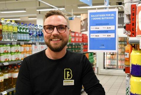 SKILTER: Kjøpmann Kjell-Raymond Nygård på Bunnpris på Amfi i Alta har droppet å dekke til øl etter salgstidens slutt, og har i stedet hengt opp flere skilter om salgstidene.