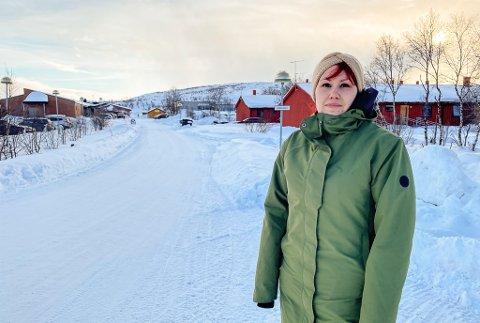 OPPFORDRER ALLE TIL Å STOPPE: Marita Bøtun (30) oppfordrer alle til å stoppe når andre forsøker oppnå kontakt med billister. Her står hun ved omsorgssenteret i Tana, hvor en eldre mann lå i grøfta.