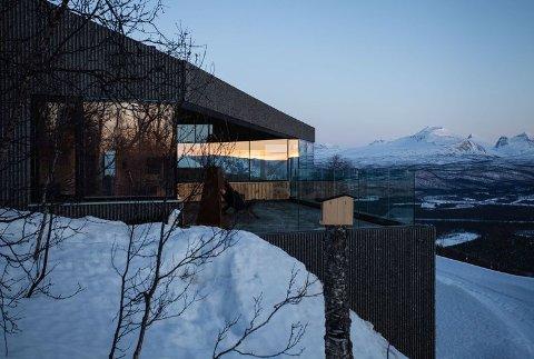 NATURLIG: Hytten er stor, med harmonerer med omgivelsene, ifølge eier Isak Berntsen.