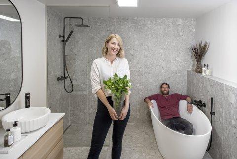 BADER I LYKKE: Malene og ektemannen Dallas elsker å pusse opp. – Det startet under pandemien da vi pusset opp badene hjemme. Vi brukte ny koronavennlig teknologi fra Norfloor som gjorde det lett å være kreativ, sier hun og mener alle bør ha planter på badet. Det er Dallas helt enig i.