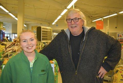 FORNØYD: Kai Jørgensen var svært godt fornøyd med behandlingen han fikk av Kiwi på Aursmoen, her ved assisterende butikksjef Linn Nygård. Foto: Anne Enger Mjåland