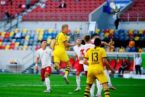 SCORINGSMASKIN: Erling Braut Haaland headet inn scoringen som førte til 1-0-seier mot Fortuna Düsseldorf.