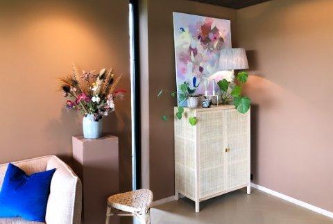 """Dette skapet fra Ikeas Stockholm-serie, har stått hjemme hos Bente Scheie på Varhaug i halvannet år. - Jeg er veldig glad i det, men hadde nok ikke kjøpt det i dag, siden det er noe """"alle"""" vil ha, sier interiørkonsulenten."""