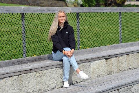 UNG TOPPSPILLER: Emma Braut Brunes er midtstopper på laget som topper tabellen etter første serierunde. Her er hun fotografert ved Rosselandbanen på Bryne, som målt i avstand er hennes hjemmebane.