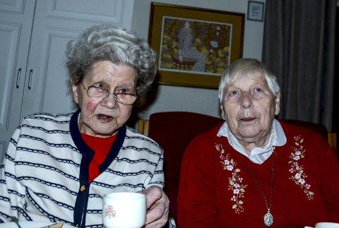 Karen Sørdalen og Karen Andersen var begge begeistret for julekakene som ble servert.