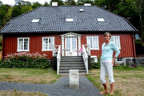 Dagny Karlander utenfor det gamle huset som engang sto på Jens Lauersøns plass i Kragerø, Kringsjågården.