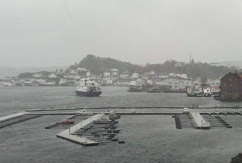 """Til og med ved Danskekaia i Kragerø sentrum var det søndag formiddag så sterk vind at MF """"Kragerø"""" måtte bruke litt ekstra tid for å få lagt til kai. (Foto: Privat)"""