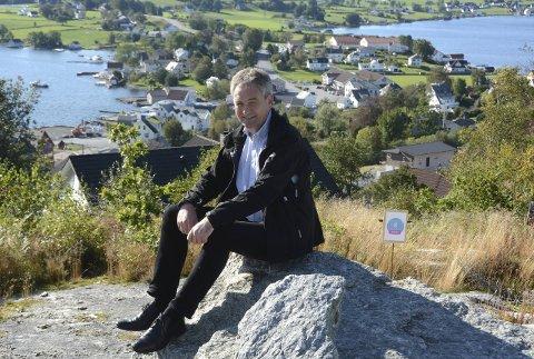 FLOTT UTSYN: Svært lite å utsetja på utsynet frå det nye byggefeltet på Heio. Kjell Framnes i Fronta Bolig har grunn til å smila av «varpet».