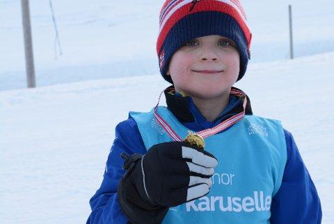 Elias Ekeland Myklebust (7) kom først i mål i barnerennet, og fekk ein fin medalje.