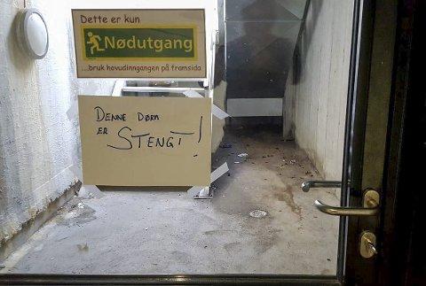 STENGT: Nokon har brote opp denne bakdøra ved musikkverkstaden på Husnes ungdomssenter, og gjort at den har gått i vranglås.Foto: Geir Remme