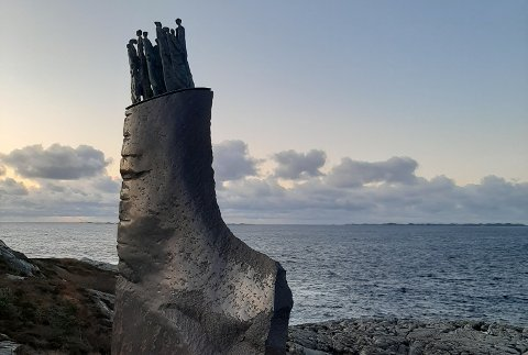 Støttegruppa etter Sleipner-forliset arrangerte samankomst ved minnesmerket på Ryvarden i november. Kvinnherad kommune bestemde seg for å gi 25.000 kroner til arrangementet. (Foto: Privat).