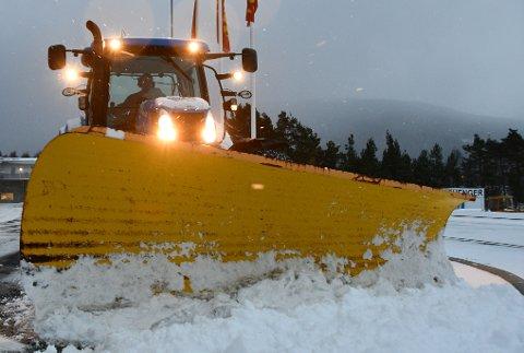 Kommunen sitt mannskap har allereie brukt opp 500.000 av dei 700.000 kronene i vinterbudsjettet. Her ser du snøbrøyting på Husnes for nokre veker sidan. (Illustrasjonsfoto: Håvard Røyrvik).