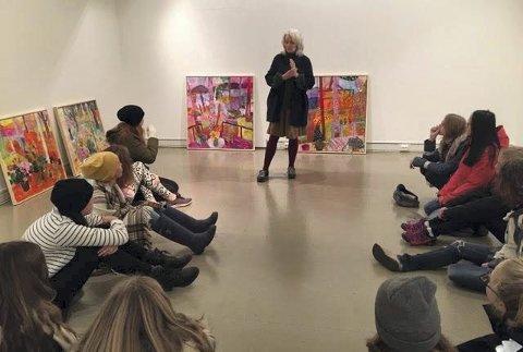 KUNSTNERMØTE: Billedkunstner Berit Myrvold i møte med kunstfagelever ved Kongsberg kulturskole.