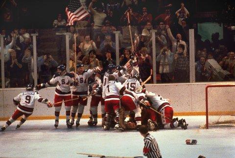 ELLEVILL GLEDE: Jubelen bryter løs på isen og på tribunen i det tiden er ute i kampen mellom Sovjet og USA i OL i 1980. USA vant kampen 4-3.