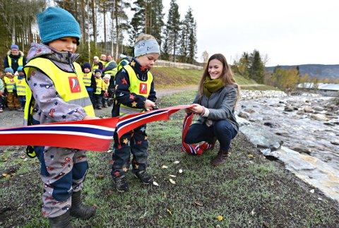 STOR DAG: Viljar Zlotes (t.v.) og Lars Aabø Bekjorden hjalp ordfører Viel Jaren Heitmann med å foreta den høytidelige innvielsen av flomsikringsanlegget i Veggli.