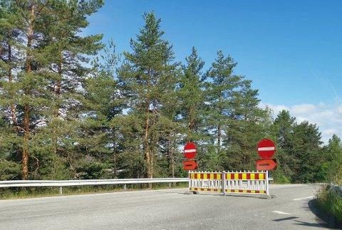 STENGT: Som følge av anleggsarbeidet er Ove Gjeddes vei stengt når man kommer fra Petter Auerdahls vei på Gamlegrendåsen. I motgående kjøreretning er det åpent for trafikk.