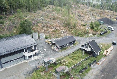 Bremset mellom hus: Ferden endte mellom bygningene til venstre og i midten. Dronefoto: Jørn Howlid