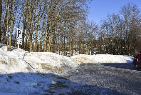 God plass: Selv med snømassene er det lett å se hvor mye ledig plass det er på pendlerparkeringen ved Andershaugen.