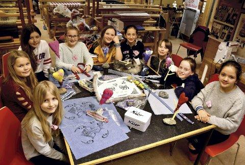 BLID HUSFLID: Barn og unge i Ung Husflid samles til kreativt samvær på Lier Bygdetun. Rundt bordet fra venstre ser vi Victoria (9), Astrid (9), Rebekka (11), Ingrid (11), Maria (12), Elena (11), Pernille (10), Sofia (9) og Victoria (9).