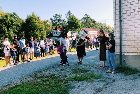 Nytt skoleår: Bildet er fra første skoledag på Heia skole i fjor, hvor rektor Vibeke Haugen ønsket elevene velkommen.