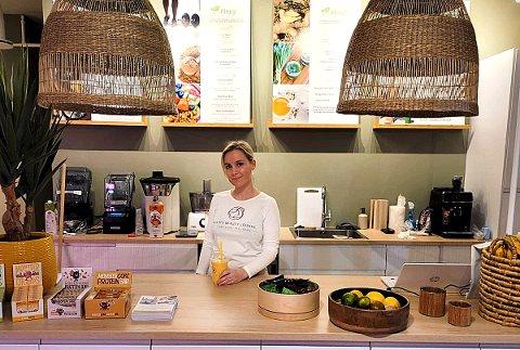 STØRRE MENY: Smoothie- og juicebaren skal utvide menyen og får også plantebaserte småretter og toast, konstaterer Isabella Wulff.