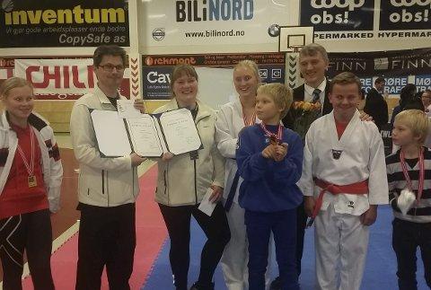 Tredjebest: Deltakere fra Flakstad IL Taekwondo fikk diplom både for å være tredjebest i kamp og i speadbreak.  Foto: Lena Lorentzen