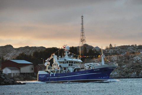 """SOLGT: """"Bernt Oskar"""" er bygget i 2010, og er 36,5 meter lang. Dette bildet er tatt når båten kommer til Moskenes for første gang."""