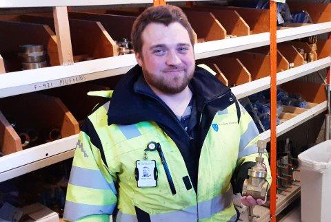 Forklarer spyling: Driftsingeniør Karl-Petter Johansen i Vestvågøy kommune forklarer hvorfor det spyles så lenge, og over så mange netter.