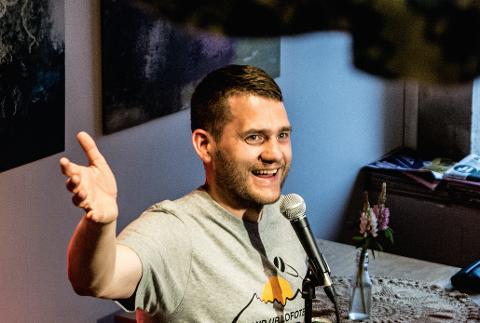 Benjamin Hagen Einarsen er leder av Lofoten standupfestival.