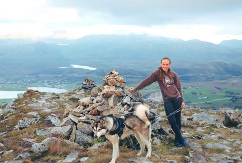 Lisa Sowerby på en topptur i Lofoten.