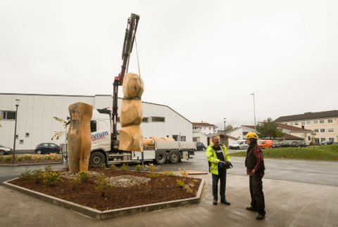 PRIS: Treskulpturene ved Helsehuset kostet totalt 1,5 millioner kroner. Utsmykningen av huset utgjorde 0,4 prosent av byggesummen. Bildet viser monteringsarbeidet tidlig i september. Til høyre kunstneren, Erlend Leirdal, til venstre sjåfør og kranfører Geir Frengen.