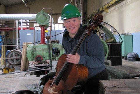 NY LYD: Lene Grenager har samlet lyd-ideer fra industrien i Østfold som hun har spilt på cello. (Pressefoto)